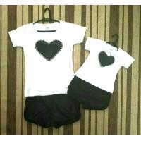 Conjunto shortinho preto com blusinha branca coração