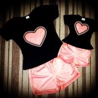 Conjunto shortinho rosê com blusinha preta coração