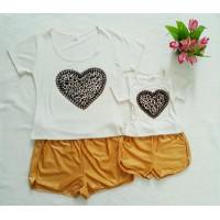 Conjunto shorts dourado com blusa coração onça