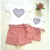Conjunto shortinho cinto rose com blusa coração flamingos